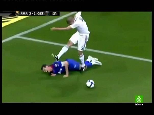 real-madrids-pepe-kicks-getafes-francisco-casquero-during-match