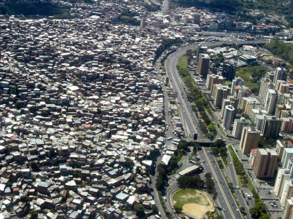 skyscrapers-slums-caracas-11