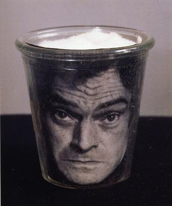 broodthaers-pot-avec-photo-noir-et-blanc-autoportrait-1967